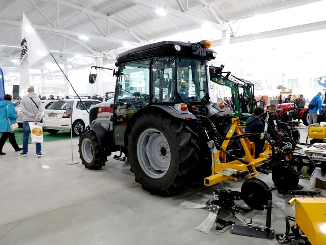 Für Garten- und Weinbauarbeiten einsatzfähiger Traktor
